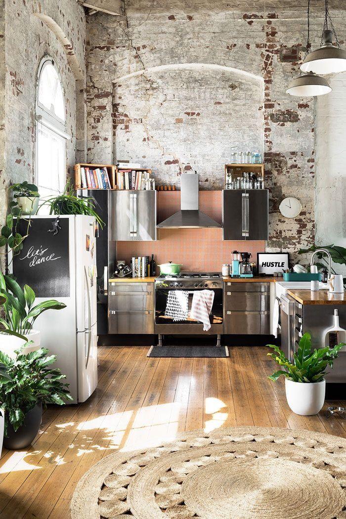 Interno cucina in stile industriale con mattoni a vista